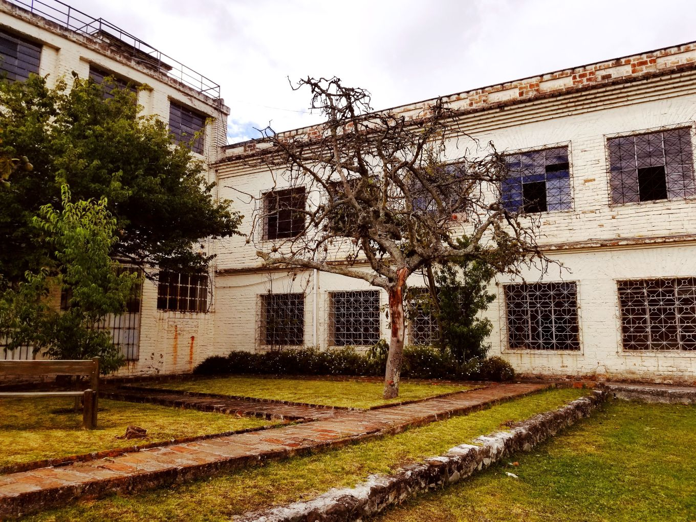 The abandoned school and convent behind Museo Pumapongo